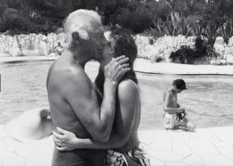 Gianni Agnelli kissing Koo Stark, 1986